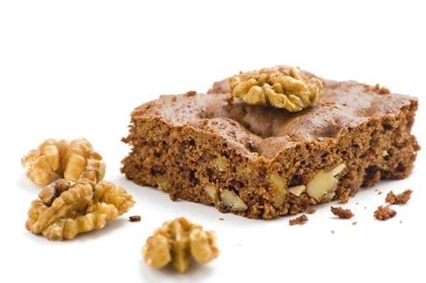 Десерт из печенья с орехами и кремом