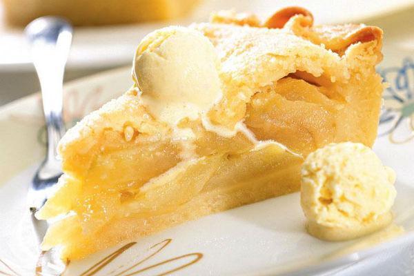 Пирог с яблоками и шариком мороженого
