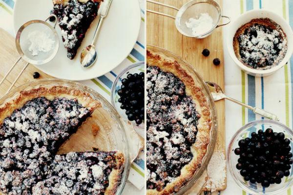 Пирог с черной смородиной и сахарной пудрой