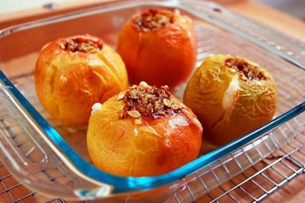 Запеченные яблоки с сухофруктами
