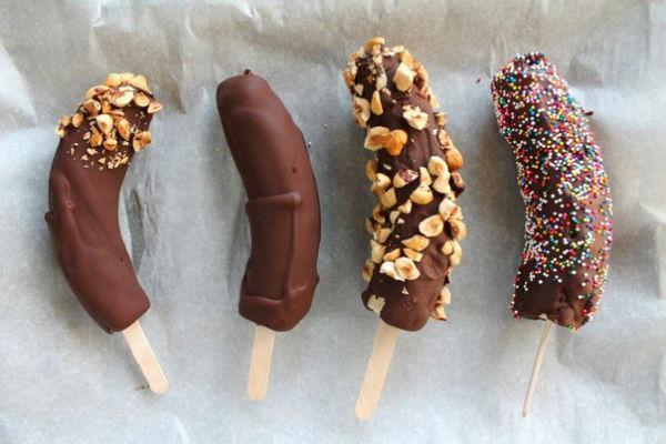 Бананы в шоколаде на палочке