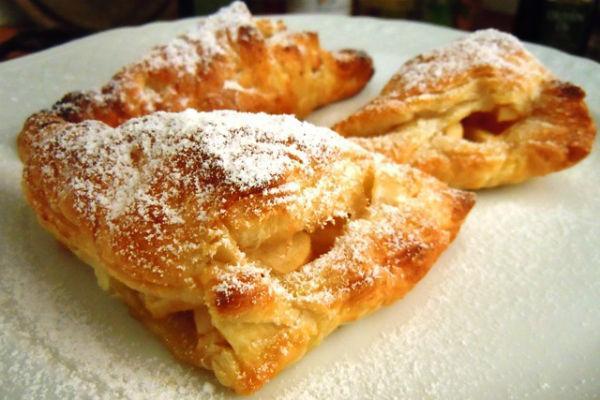 Пирожки с яблоками и сахарной пудрой
