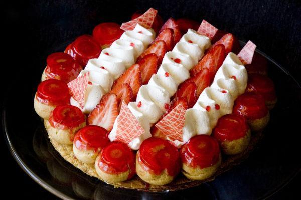 Торт Сент-Оноре с клубникой и взбитыми сливками