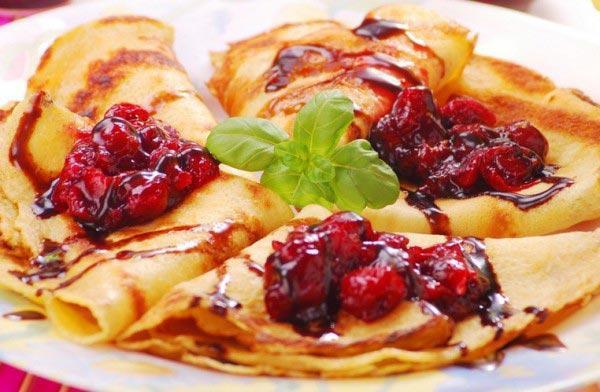 Блины на кефире с ягодами.