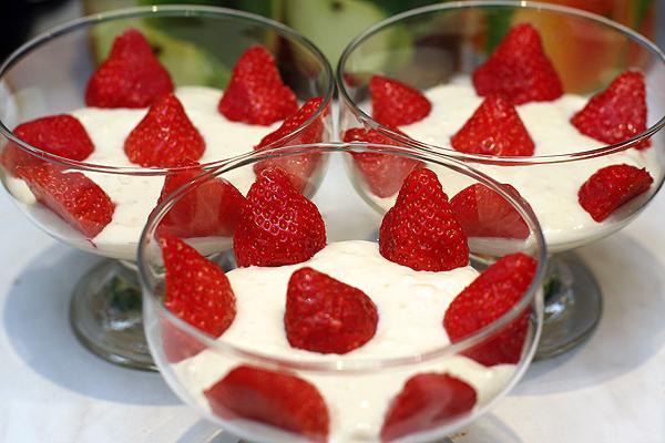 Десерт из сметаны с клубникой
