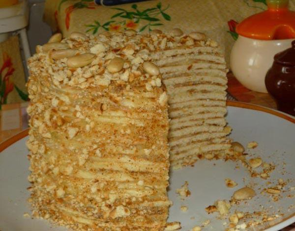 Готовим десерты на обычно сковороде - на фото торт со сгущенкой.