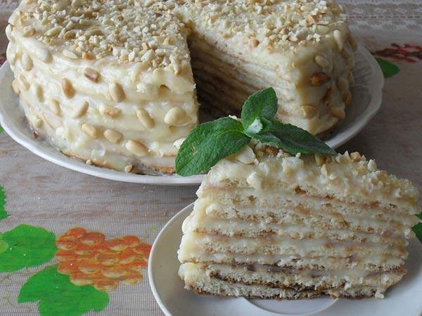 Десертный торт с кремом, приготовленный на скороводе дома.