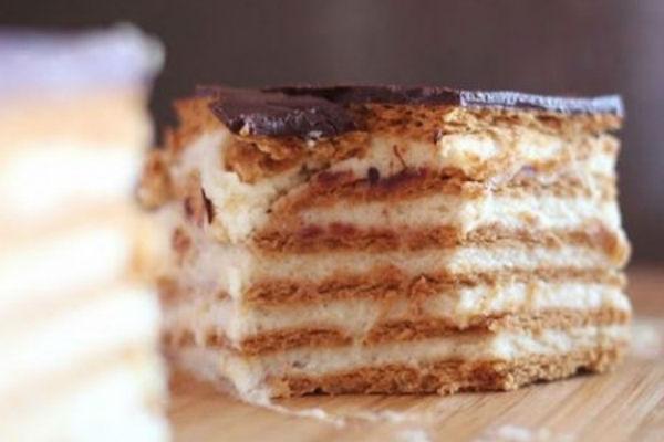 Кусок торта из печенья