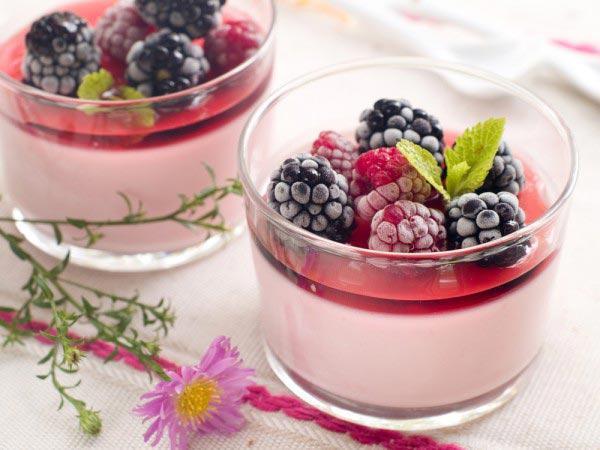 Классика десертов - это нежный мусс из ягод и йогурта.