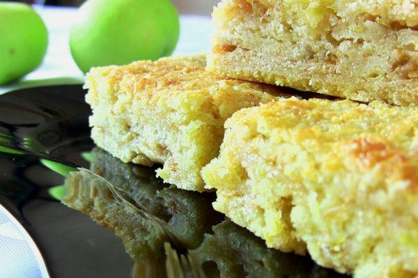 Кусочки насыпного пирога из зеленых яблок