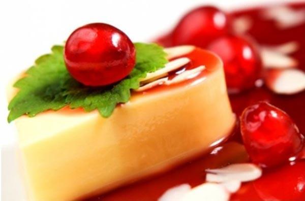 Пудинг Фламмери, украшенный фруктами.