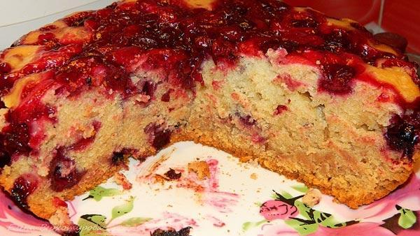 Приготовление пирога с вишнями.