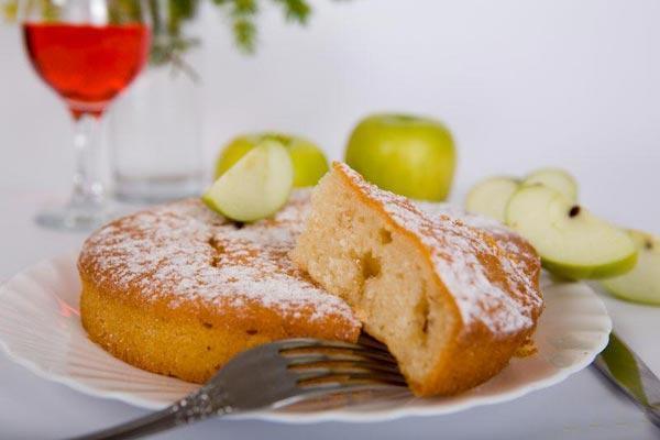 Бисквитная шарлотка в мультиварке - фото к рецепту