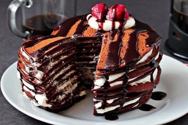 Рецепт полосатого шоколадного торта с бисквитом и взбитыми сливками.