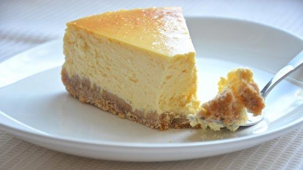 Чизкейк - десерт с творогом выпекает в мультиварке.
