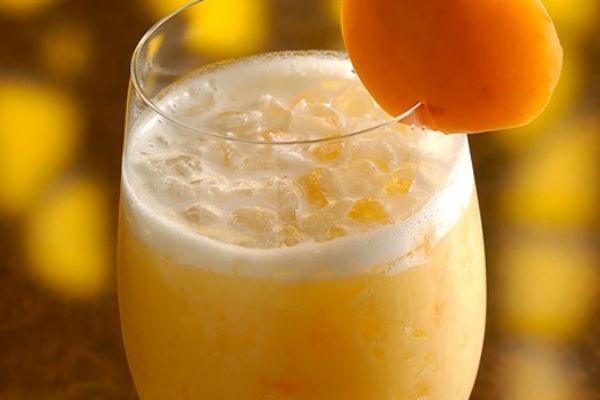 Коктейль из мороженого и апельсинового сока