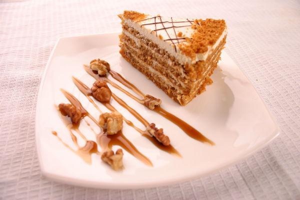 Пирожное медовое украшенное на тарелке