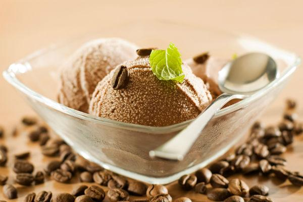 Шоколадное мороженое с листиком мяты