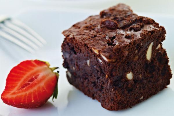 Пирожное Брауни с клубникой