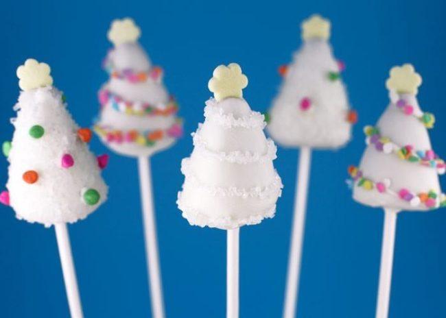 Белые кейк попсы в виде елочки.