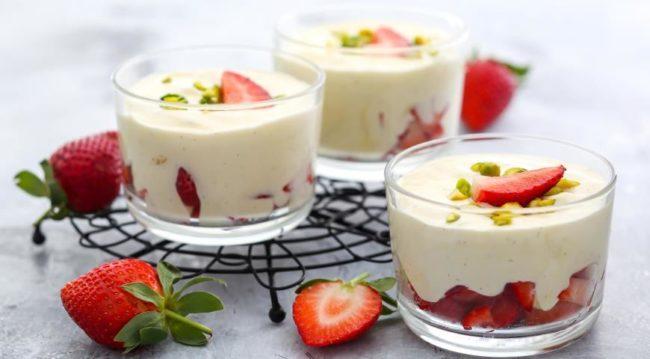 Муссовый десерт в бокале - с клубникой и белым шоколадом.