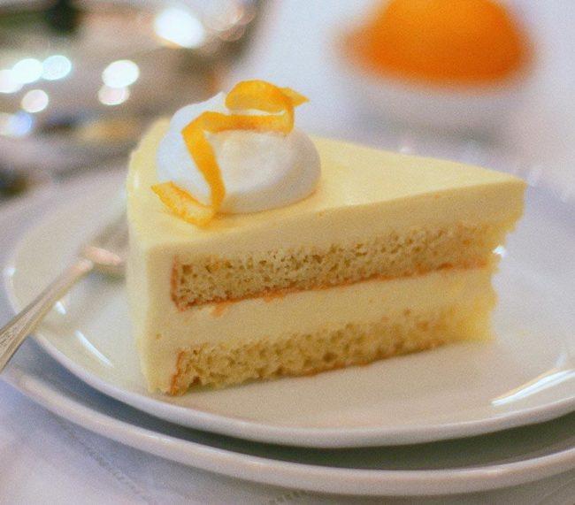 Сочетание бисквита и лимонного мусса.