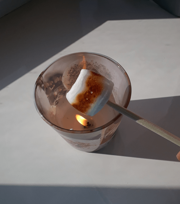 Способы жарки маршмеллоу - на свече - фото