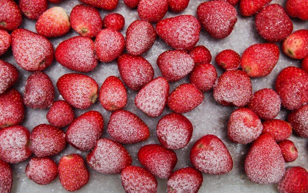 Варианты заморозки клубники в морозилке - Цельные ягоды - фото