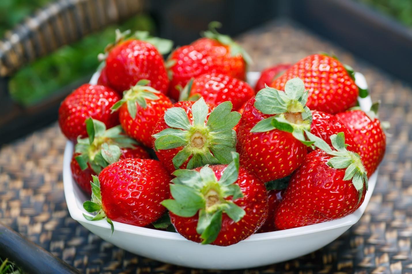 Правила хранения клубники в холодильнике - Перебрать ягоду - фото