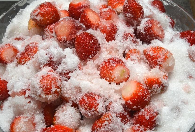 Другие варианты сохранения свежей клубники - засахаривание - фото