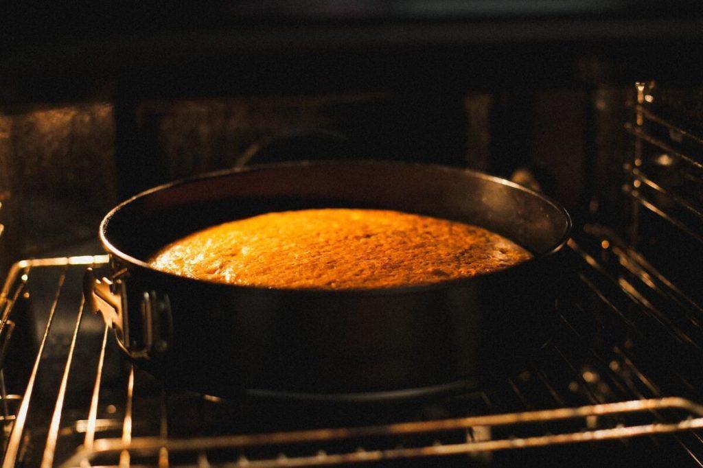 Почему бисквит опускается после выпечки - недостаточно разогрета духовка - фото